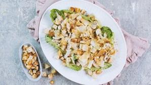 Receita perfeita para o verão: salada de frango assado com croutons