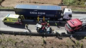 Dois feridos graves em colisão entre carro e camião no IC8 em Leiria