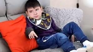 Morreu o menino de 10 anos que ficou paralisado após comer hambúrguer contaminado