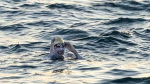 Mulher vence cancro e quebra recorde ao atravessar quatro vezes a nado o Canal da Mancha