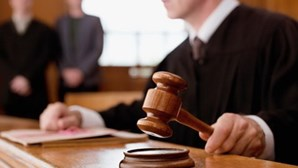 Julgamento de médico acusado de homicídio negligente retomado dois anos depois