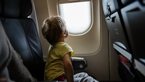Companhia aérea permite aos passageiros evitar os bebés nos aviões