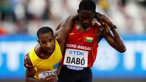 """O incrível gesto de atleta guineense que está a comover o mundo: """"Era a mão de um anjo"""""""