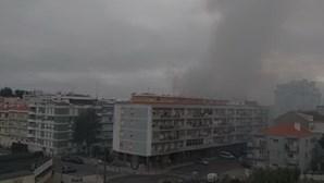 Incêndio destrói casa devoluta em Portela