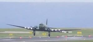 Avião da Segunda Guerra Mundial aterra de emergência em Manchester