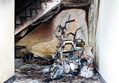 Motas que estavam no hall de um prédio ficaram destruídas