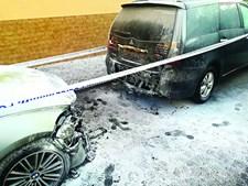 Carrinha de transferes e carro atingidos por fogo