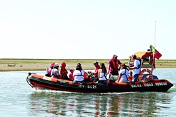 Centenas de crianças, acompanhadas pelos pais, tiveram o seu batismo de mar no Mar Seguro