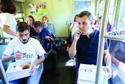 André Silva, porta-voz do PAN, petisca durante uma viagem de comboio