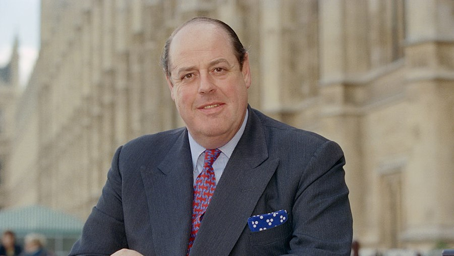 Neto de Churchill entre os conservadores expulsos do grupo parlamentar