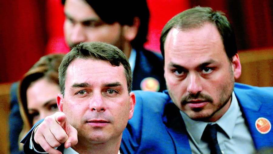 Carlos Bolsonaro é acusado do mesmo crime que o irmão, Flávio