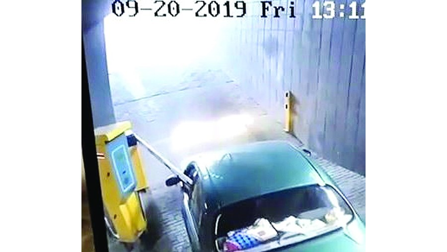 Condutor 'desastre' destrói cancela de parque de estacionamento