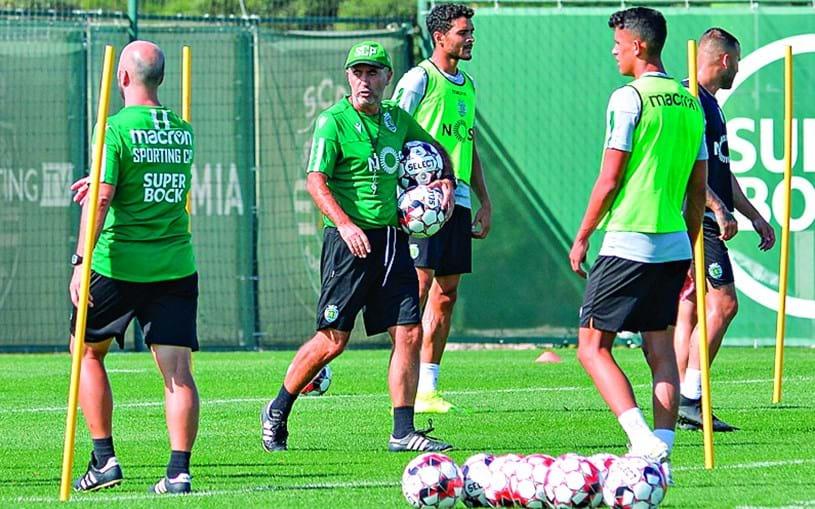 Leonel Pontes (ao centro) foi o primeiro a chegar ao treino