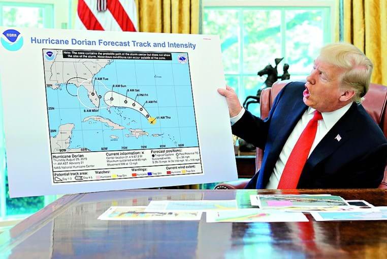 O gráfico mostrado por Trump na Sala Oval da Casa Branca. À esquerda, é possível ver o arco negro desenhado à mão