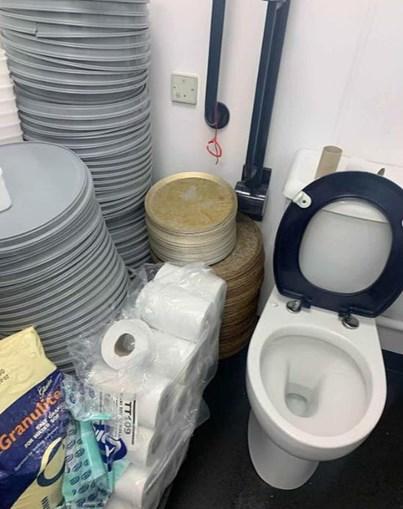 Bandejas empilhadas junto a sanita em restaurante da Pizza Hut choca Internet