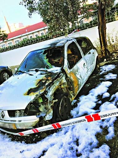 Automóvel estacionado junto a ecoponto foi atingido pelo fogo