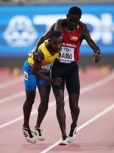 O incrível gesto de atleta guineense que está a comover o mundo: 'Era a mão de um anjo'