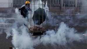 Manifestantes lançam líquido corrosivo e queimam polícias e jornalistas em Hong Kong