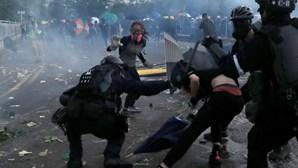 Caos em Hong Kong. Jovem manifestante alvejado no peito pela polícia
