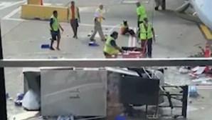 Carro de 'catering' desgovernado causa o caos em aeroporto após falha no acelerador