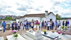 Populares revoltados com ossos e roupas de defuntos no cemitério