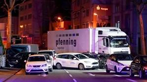 """Camião roubado embate contra carros e faz oito feridos na Alemanha. Acidente está a ser considerado """"ato terrorista"""""""