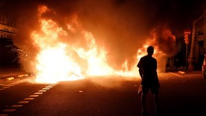 Fogo e manifestantes atropelados: 80 feridos e 50 detidos na terceira noite de protestos