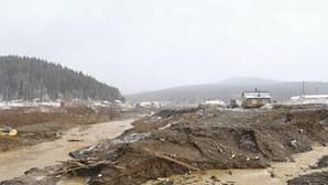 Três detidos após colapso de barragem em mina de ouro que matou 15 pessoas