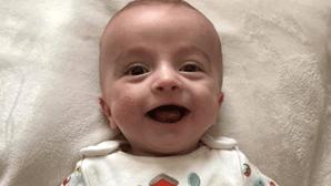 Bebé 'milagre' acorda do coma e sorri para o pai