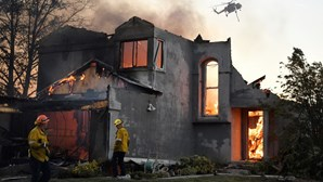 Incêndios obrigam mais de 40 mil pessoas a abandonar casas na Califórnia