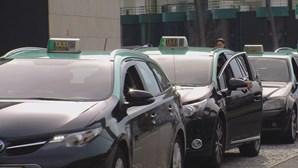 Ladrões usam pistola para roubar 100 euros a taxista