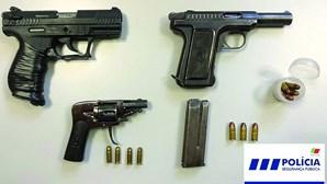 Dois detidos com revólver e pistolas