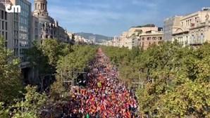 Milhares de pessoas enchem ruas de Barcelona em protesto contra os independentistas