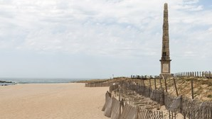 Dezenas de pessoas protestaram contra construção de hotel em praia de Matosinhos