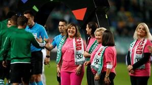 Mãe de Cristiano Ronaldo entra em Alvalade de mão dada com Bruno Fernandes