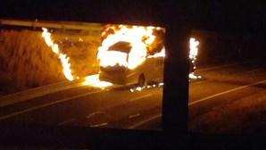 Autocarro consumido pelas chamas na CREL em Loures