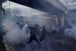 Confrontos violentos entre manifestantes e polícia espalham-se por Hong Kong
