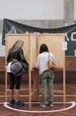 Eleitores exercem o direito ao voto nas Legislativas
