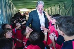 Jorge Jesus rodeado de crianças no túnel de acesso ao relvado do Maracanã. Técnico é um caso de popularidade