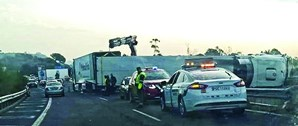Camião tombou e provocou extensas filas de trânsito