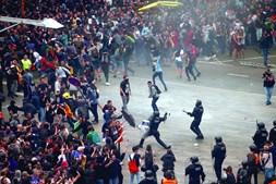 Cargas policiais junto ao aeroporto El Prat, em Barcelona, que foi invadido por milhares de manifestantes