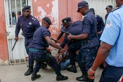 Confrontos entre agentes da polícia angolana e ativistas quando se manifestavam contra o desemprego