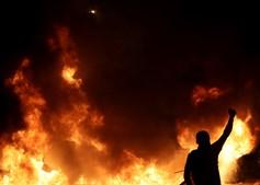 Tensão continua em Barcelona: Manifestantes em confrontos com a polícia