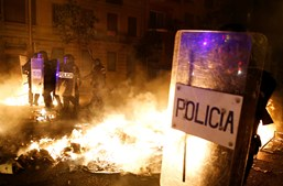 Barcelona a ferro e fogo: Dois manifestantes atropelados e vários carros em chamas