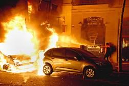 Centenas de caixotes do lixo foram incendiados durante uma noite de caos