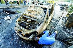 Dezenas de carros foram incendiados por grupos de manifestantes violentos
