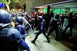 Polícias catalães reagiram a grupos de jovens violentos