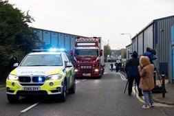 Trinta e nove mortos encontrados dentro de camião no Reino Unido