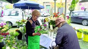 Maria Dias vende flores em Agramonte, no Porto