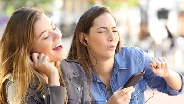 Mil milhões em risco de perder audição por ouvir música alto